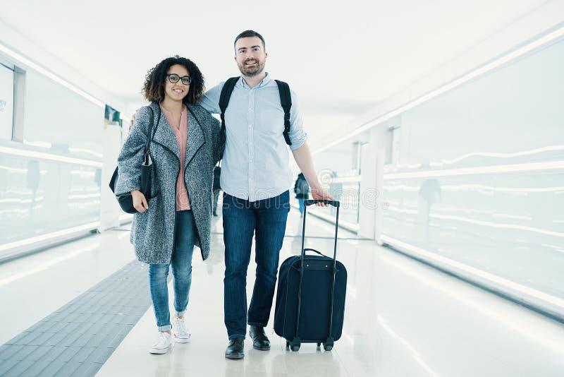 Jong paar met een koffer klaar voor reis royalty-vrije stock afbeeldingen