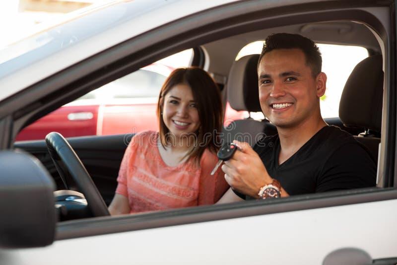 Jong paar met een nieuwe auto royalty-vrije stock foto