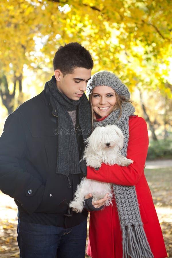 Jong paar met hond royalty-vrije stock afbeeldingen