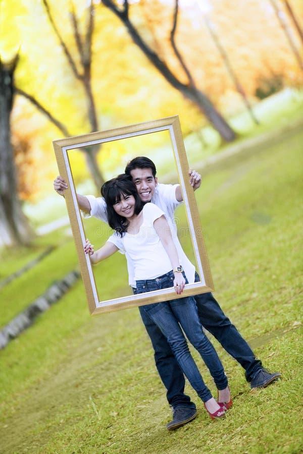Jong paar met houten frame royalty-vrije stock afbeelding