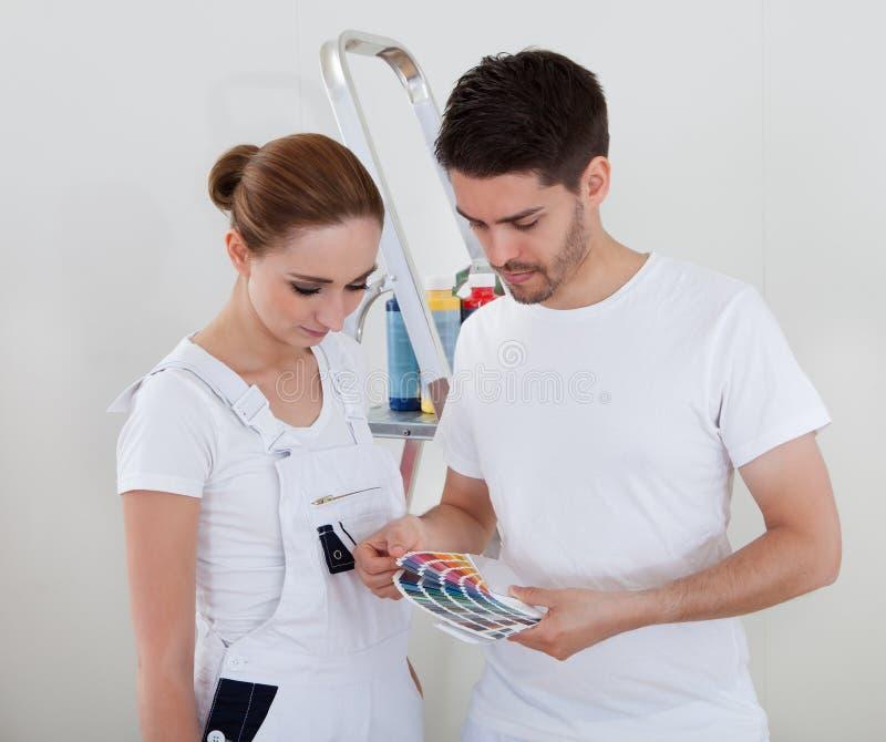 Jong Paar met Kleurensteekproeven royalty-vrije stock afbeeldingen