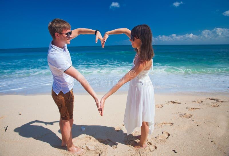 Jong paar met liefdeteken royalty-vrije stock afbeelding