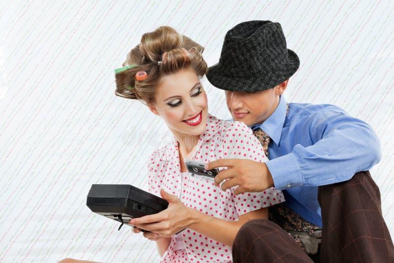 Jong Paar met Retro Cassettespeler stock fotografie