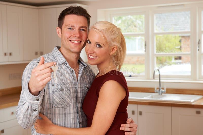 Jong Paar met Sleutels tot Nieuw Huis royalty-vrije stock foto's