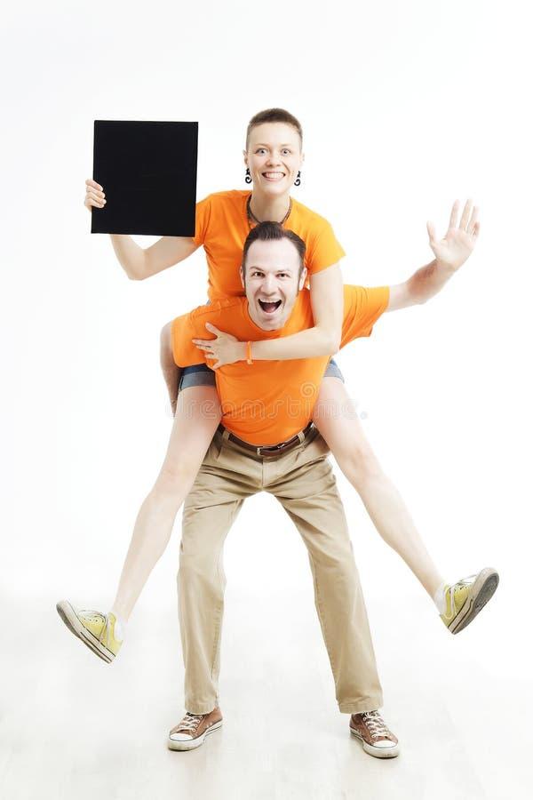 Jong paar met teken houden zij tegen een witte achtergrond stock foto