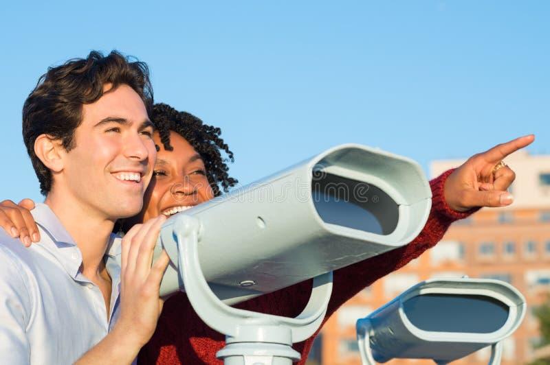 Jong paar met verrekijkers royalty-vrije stock fotografie