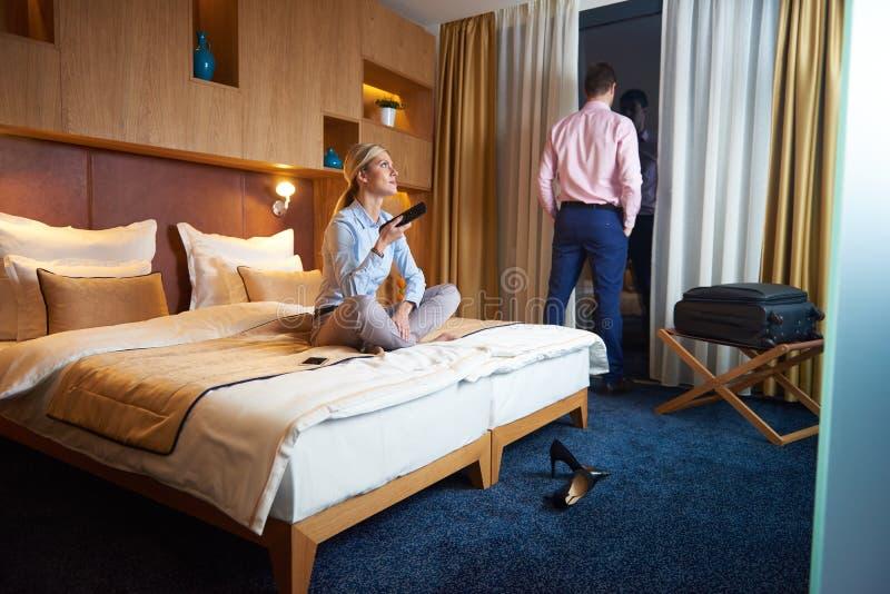 Jong paar in moderne hotelruimte royalty-vrije stock foto's