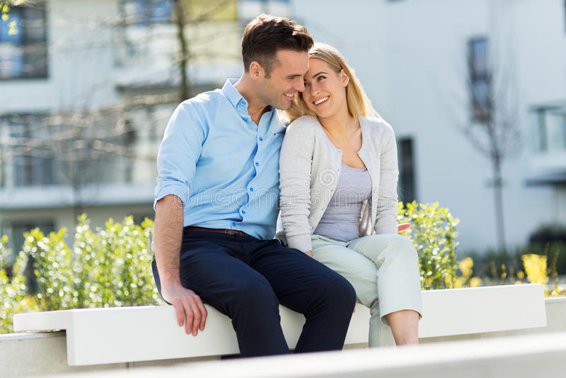 Jong paar in moderne woonwijk stock foto's