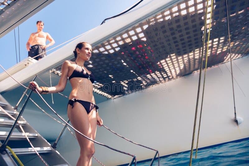Jong Paar op Catamaran stock foto