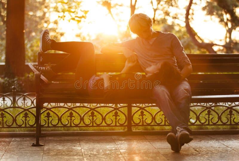 Jong paar op de bank bij de straat. stock foto's