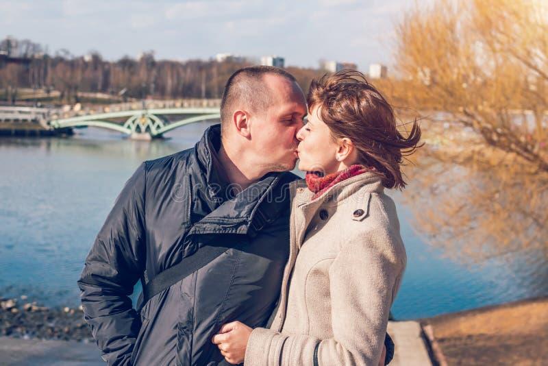 Jong paar op de brugachtergrond in de herfsttijd Moskou, Rusland royalty-vrije stock foto's