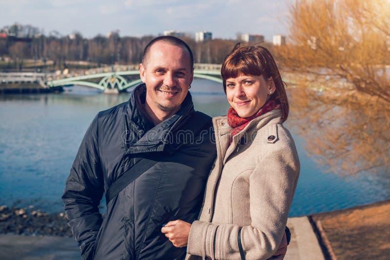 Jong paar op de brugachtergrond in de herfsttijd Moskou, Rusland royalty-vrije stock foto