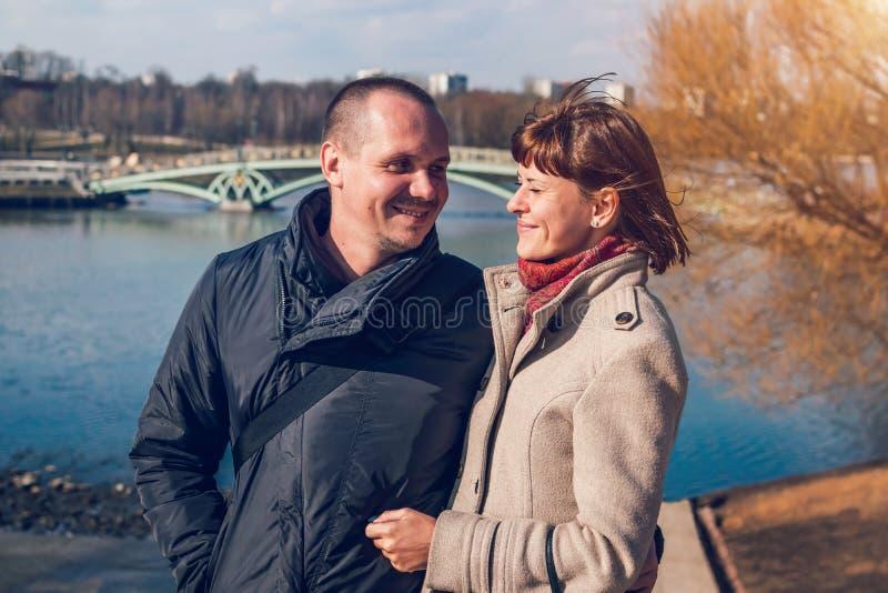 Jong paar op de brugachtergrond in de herfsttijd Moskou, Rusland stock afbeeldingen