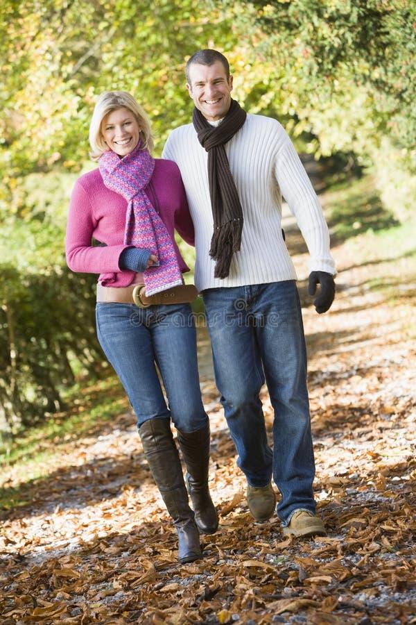 Jong paar op de herfstgang stock foto