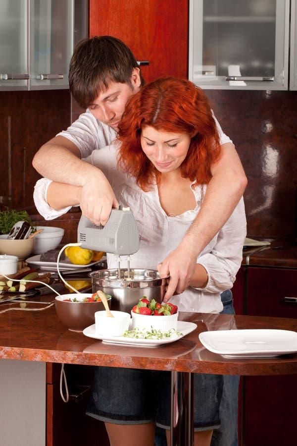 Jong paar op de keuken: samen makend gebakje royalty-vrije stock foto