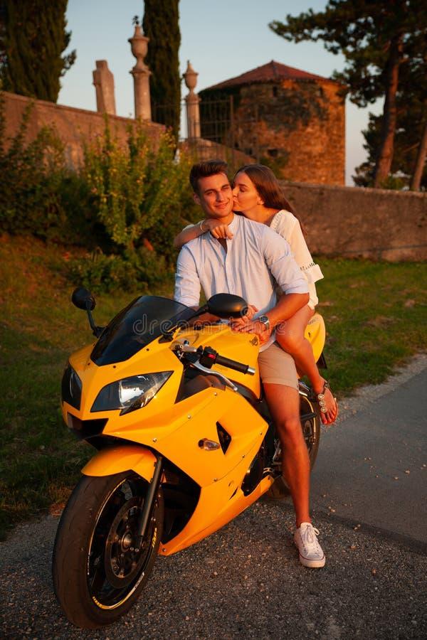 Jong paar op een motorfiets op een de recente zomermiddag stock foto's