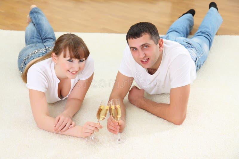 Jong paar op een vloer stock afbeeldingen