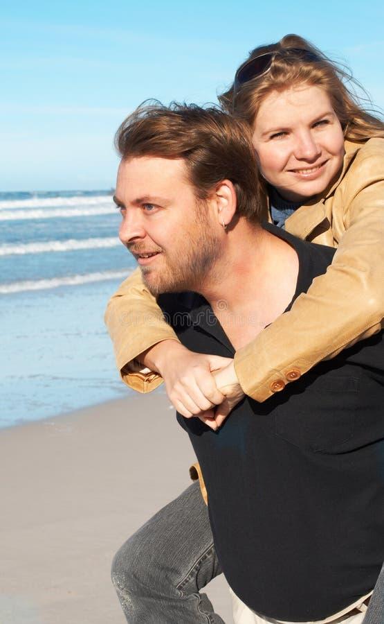 Jong paar op het strand stock foto's