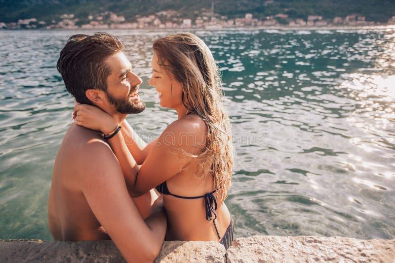 Jong paar op het strand die pret hebben stock foto's