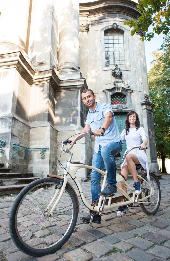 Jong paar op retro fiets achter elkaar bij de straatstad royalty-vrije stock fotografie