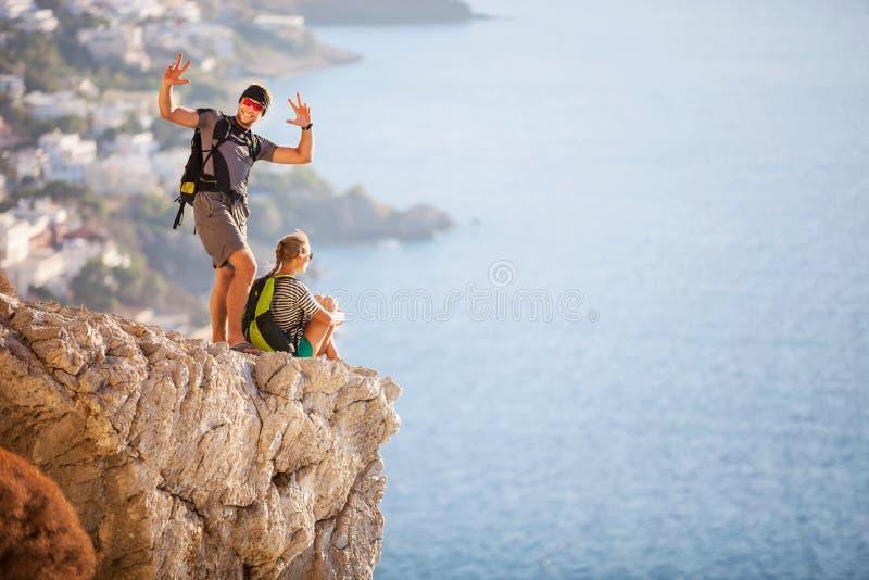 Jong paar op rots en het genieten van van mooie mening royalty-vrije stock fotografie