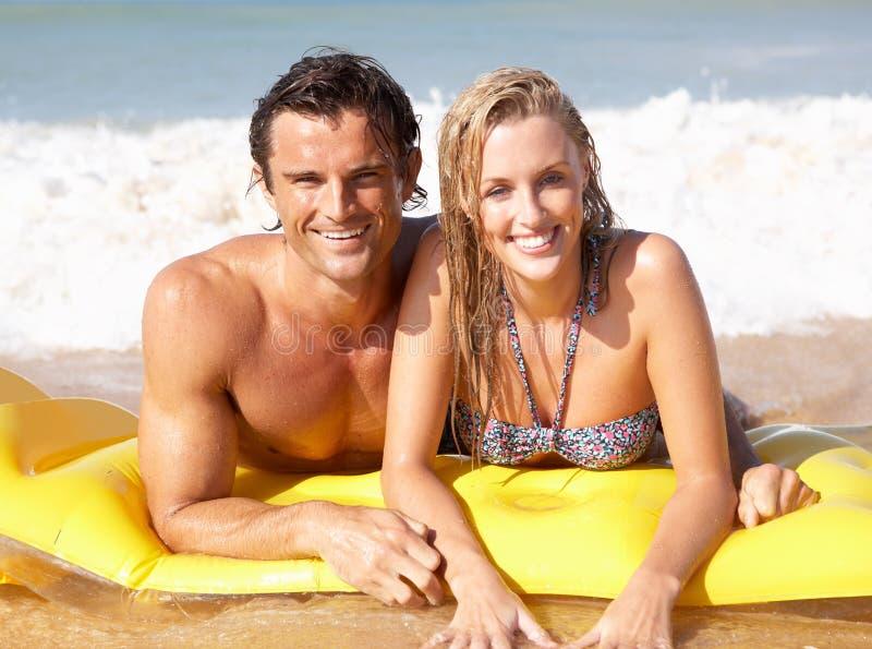 Jong paar op strandvakantie stock afbeelding
