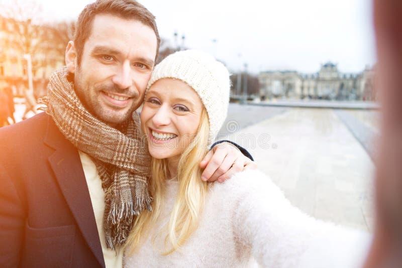 Jong paar op vakantie die selfie nemen royalty-vrije stock afbeeldingen