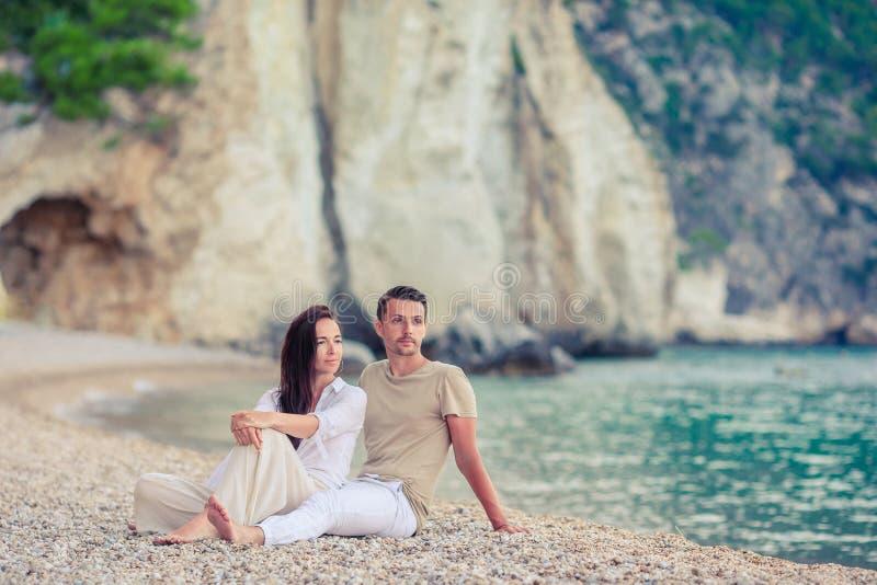Jong paar op wit strand bij de zomervakantie stock fotografie