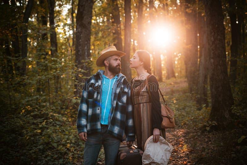Jong paar in openlucht bij het park op mooie de herfstdag Avontuur, reis, toerisme, stijging en mensenconcept die - glimlachen royalty-vrije stock afbeeldingen