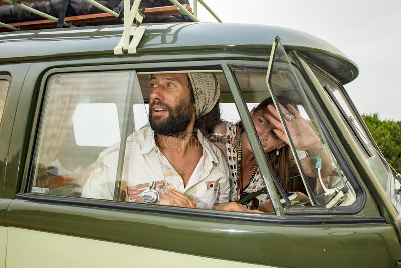Jong paar in oude kampeerautobestelwagen stock fotografie