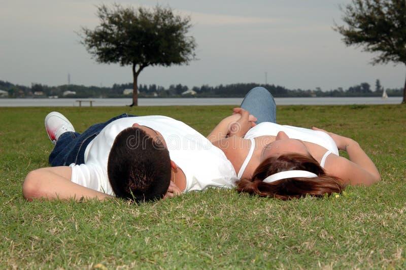 Jong paar in park royalty-vrije stock foto's