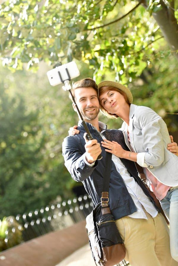 Jong paar in park die selfie nemen royalty-vrije stock afbeelding