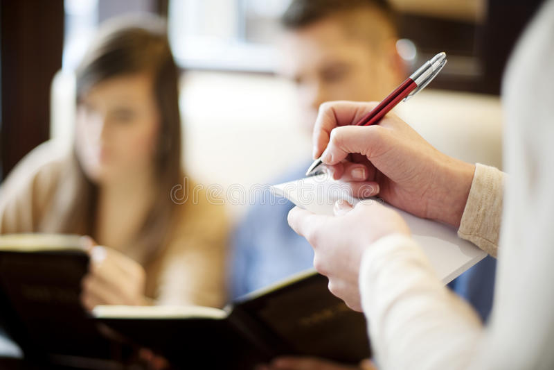 Jong paar in restaurant stock fotografie
