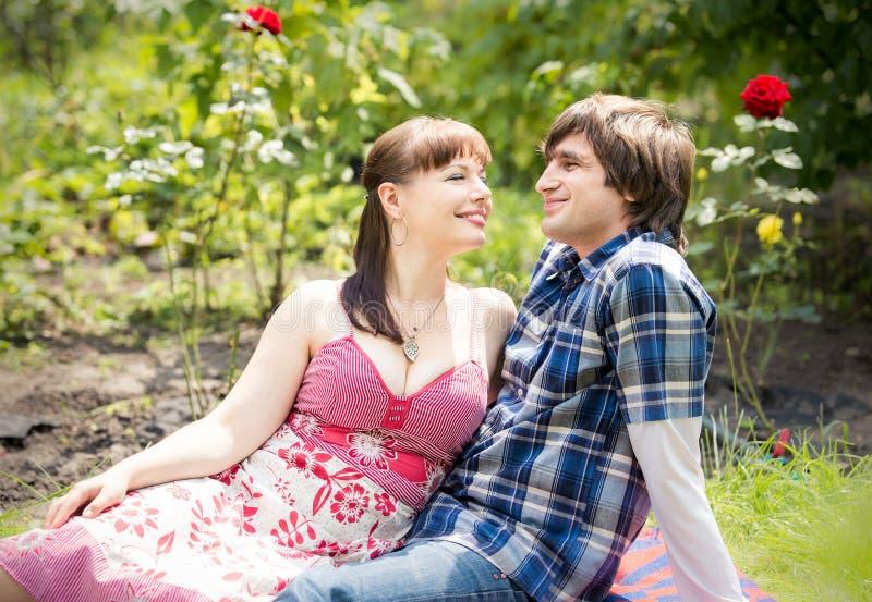 Jong paar in tuin stock afbeeldingen