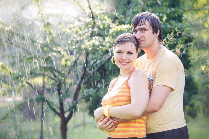 Jong paar in tuin stock fotografie