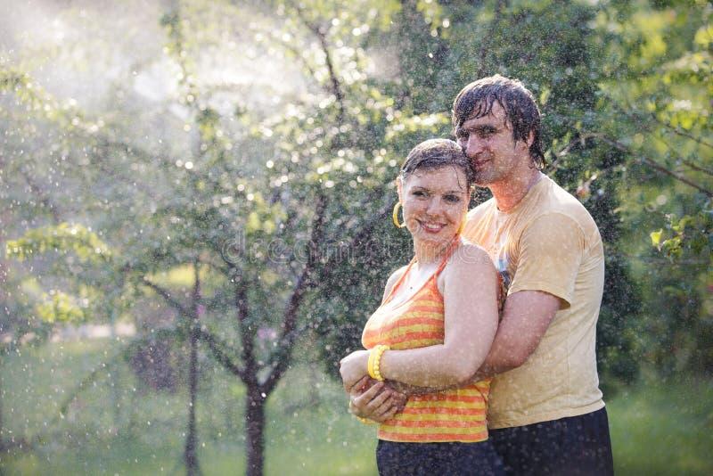 Jong paar in tuin royalty-vrije stock foto