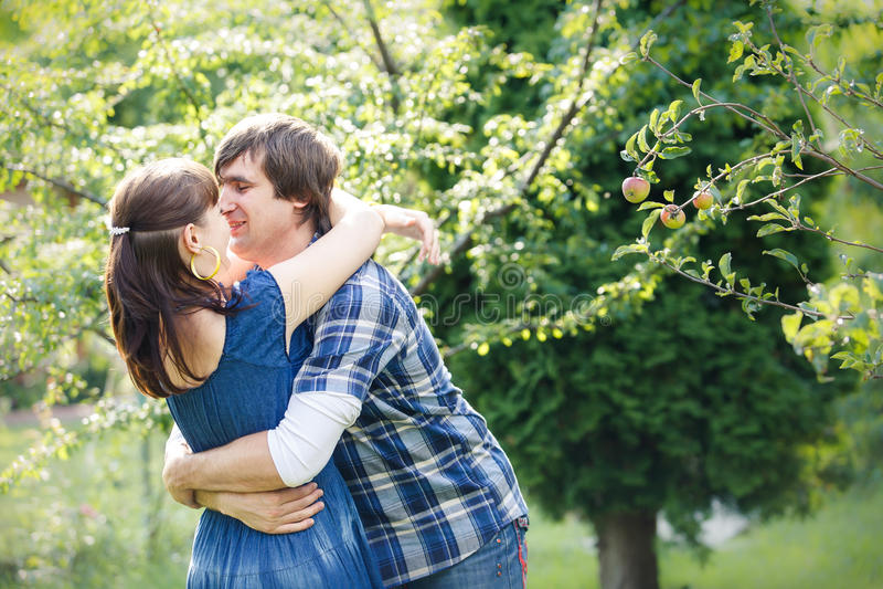 Jong paar in tuin royalty-vrije stock foto's