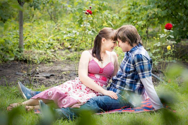 Jong paar in tuin royalty-vrije stock afbeelding