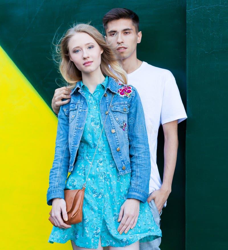 Jong paar tussen verschillende rassen in liefde openlucht Overweldigend sensueel openluchtportret van het jonge modieuze manierpa stock foto