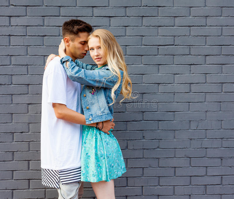 Jong paar tussen verschillende rassen in liefde openlucht Overweldigend sensueel openluchtportret van het jonge modieuze manierpa royalty-vrije stock afbeeldingen