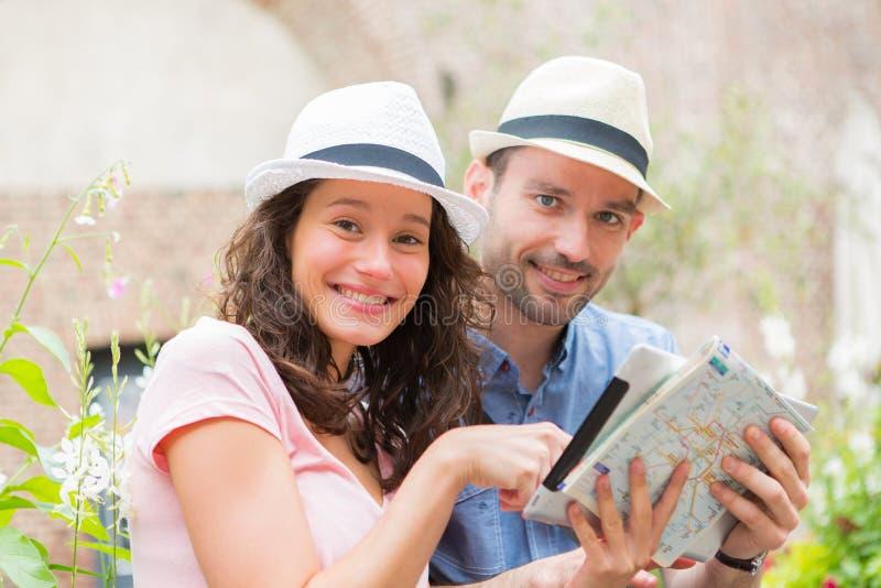 Jong paar van toeristen die stad bezoeken royalty-vrije stock fotografie
