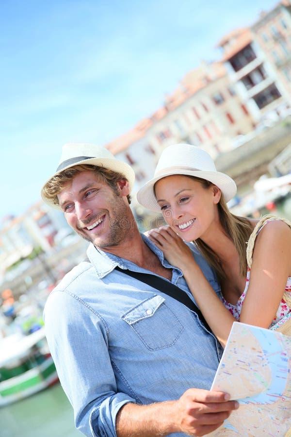 Jong paar van toeristen op kust royalty-vrije stock fotografie
