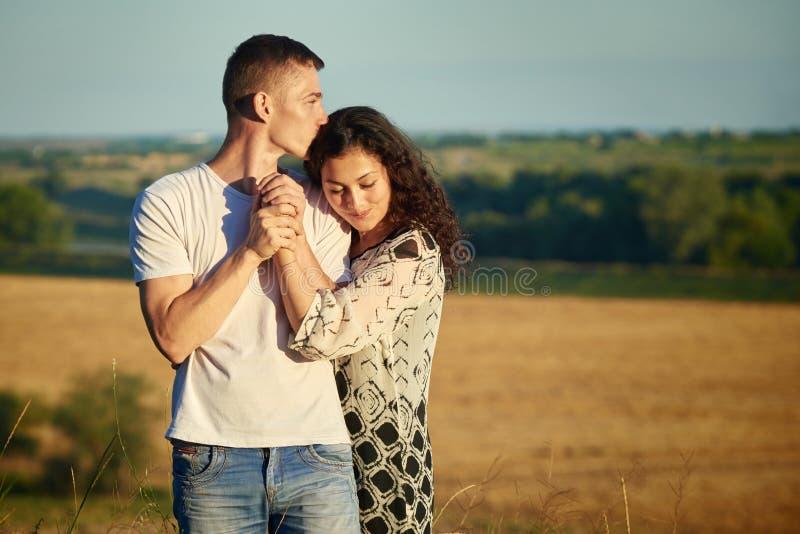 Jong paarportret op land openlucht, liefde en tederheidsconcept, zomer royalty-vrije stock afbeeldingen
