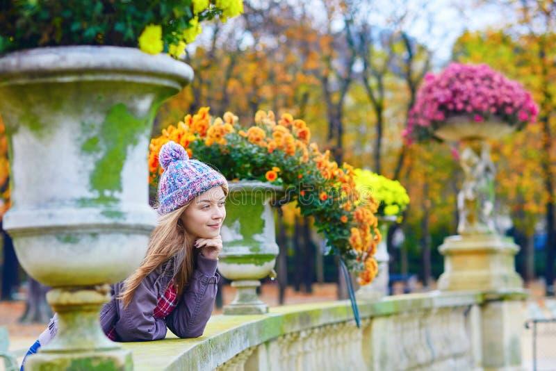 Download Jong Parijse Meisje In De Tuin Van Luxemburg Stock Foto - Afbeelding bestaande uit daling, smiling: 54090652