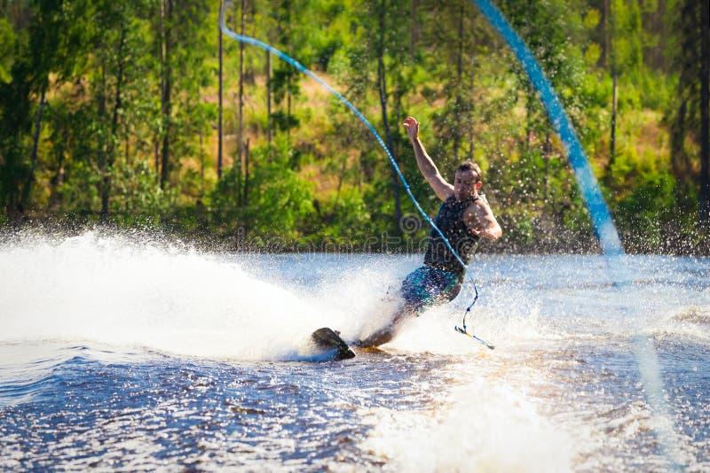 Jong personenvervoer wakeboard op de zomermeer stock fotografie