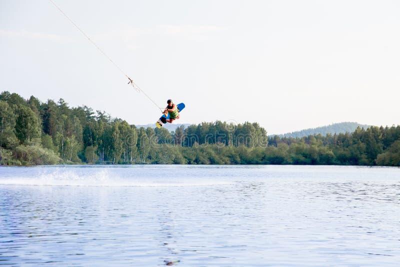 Jong personenvervoer wakeboard op een meer stock afbeeldingen