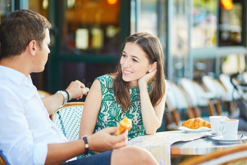 Jong romantisch paar in een comfortabele openluchtkoffie in Parijs, Frankrijk stock foto's