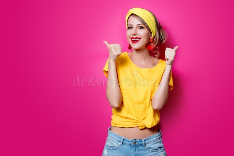 Jong roodharigemeisje in gele kleren stock foto