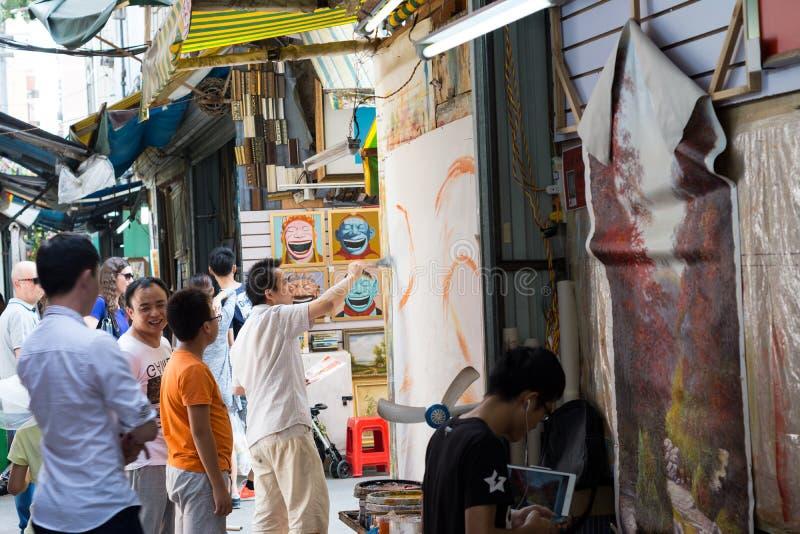 Jong schilder het schilderen beeld bij de straat royalty-vrije stock foto