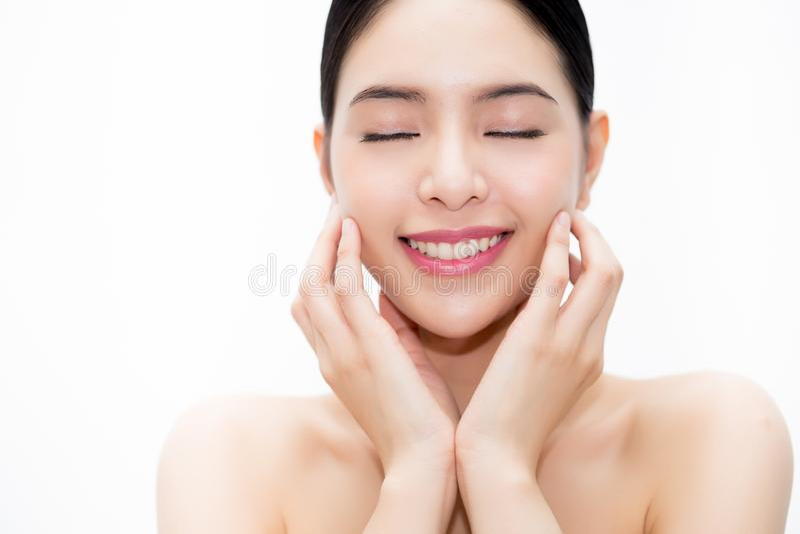 Jong schoonheids Aziatisch gezicht, mooie die vrouw over witte achtergrond wordt geïsoleerd Gezondheidszorg en Skincare-Concept royalty-vrije stock foto